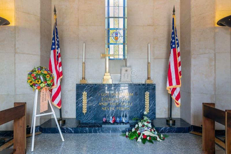 Inre kapell på kyrkogården för amerikan WW2 med minnes- platta arkivfoto