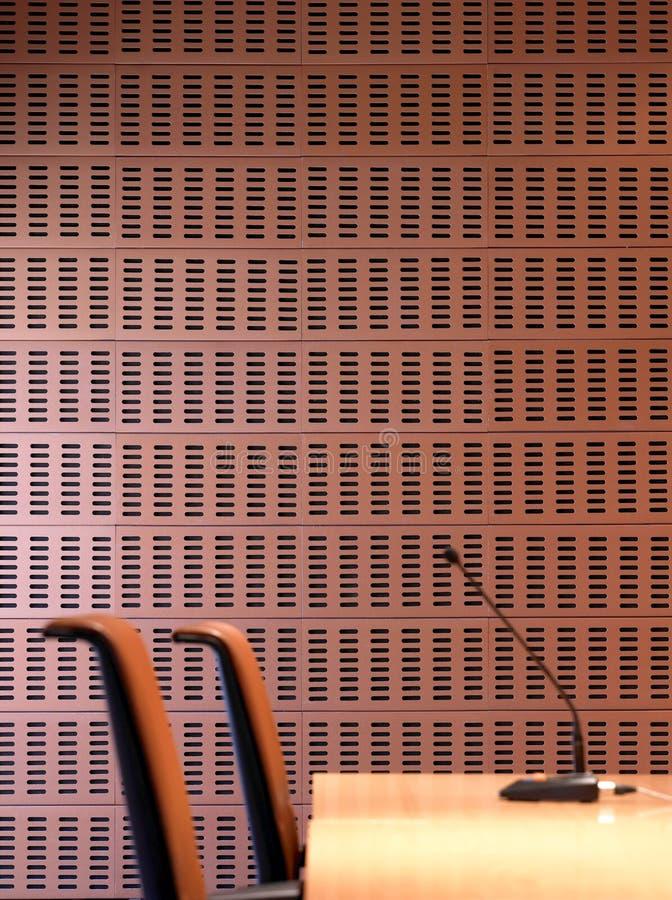 Inre keramisk väggdetalj med stolar och mikrofonen. royaltyfri foto