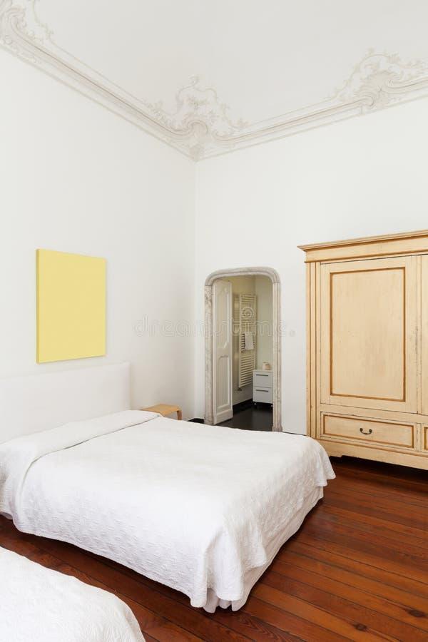Inre klassiskt sovrum royaltyfria bilder
