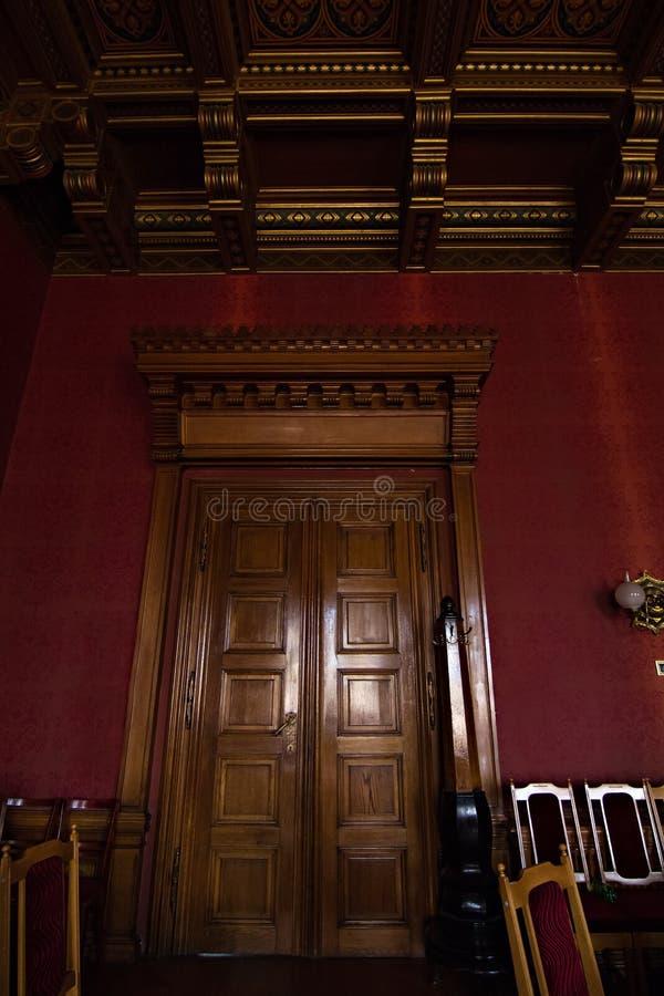 Inre korridorer i härlig historisk byggnad av det Chernivtsi medborgareuniversitetet fotografering för bildbyråer
