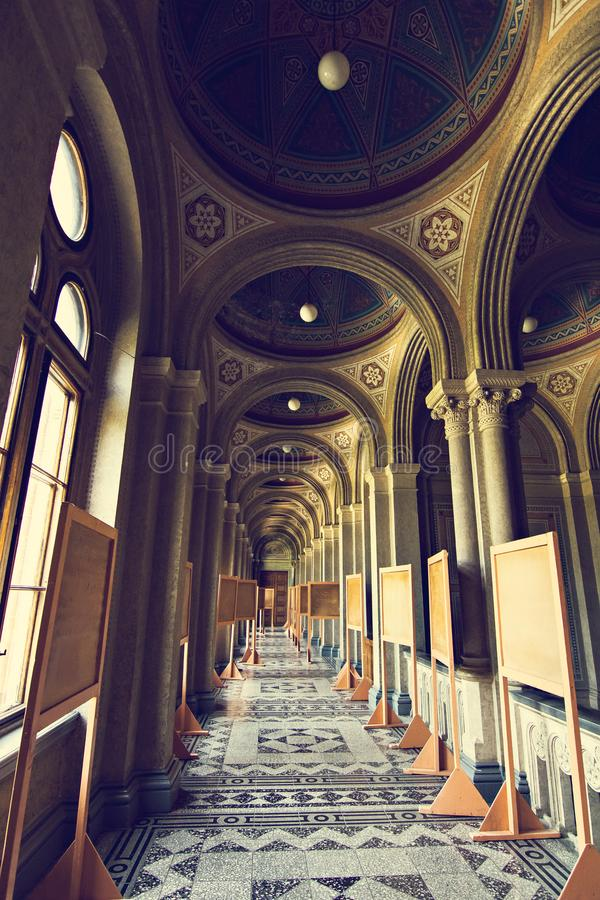 Inre korridorer i härlig historisk byggnad av det Chernivtsi medborgareuniversitetet royaltyfria foton