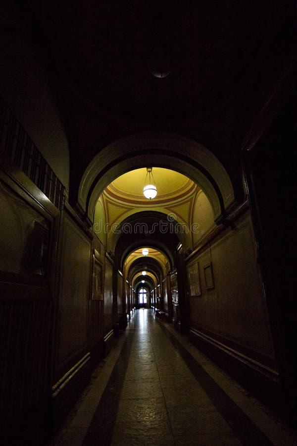 Inre korridorer i h?rlig historisk byggnad av det Chernivtsi medborgareuniversitetet royaltyfri foto