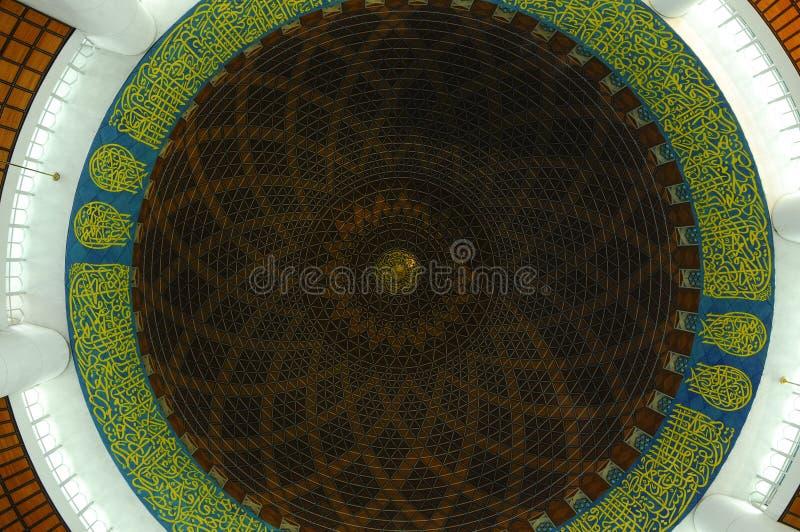 Inre kupol av Masjid Sultan Salahudin Abdul Aziz Shah (schah Alam Mosque) royaltyfri foto