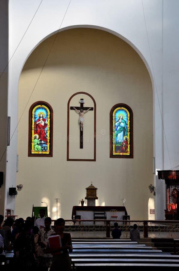Inre kyrkbänkar och altare med worshippers av katolska kyrkan Jaffna Sri Lanka för domkyrka för St Mary ` s royaltyfri foto