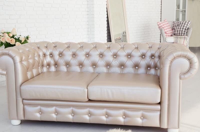 Inre lädersoffa i vitt rum royaltyfri fotografi
