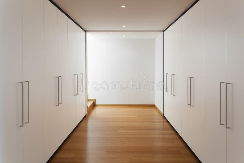 Inre lång korridor med garderober arkivfoton