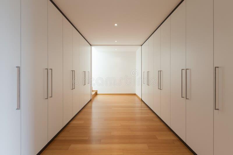 Inre lång korridor med garderober royaltyfria bilder