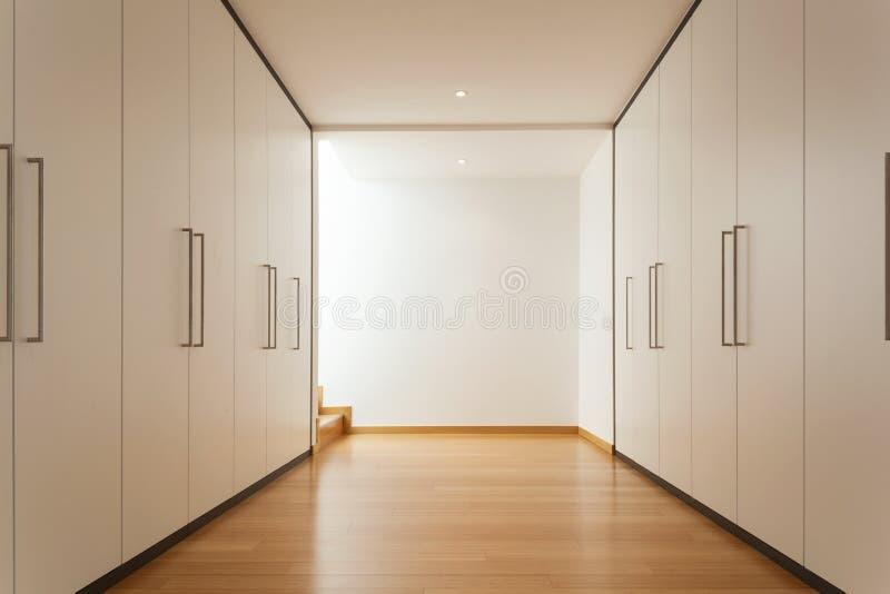 Inre lång korridor med garderober royaltyfria foton