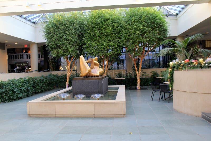 Inre lobby med växter och skulpturer, minnes- Art Gallery, Rochester, New York, 2017 royaltyfria bilder