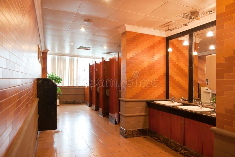 inre lyxig offentlig toalett arkivfoto