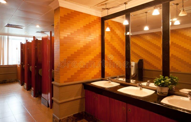 inre lyxig offentlig toalett arkivbild
