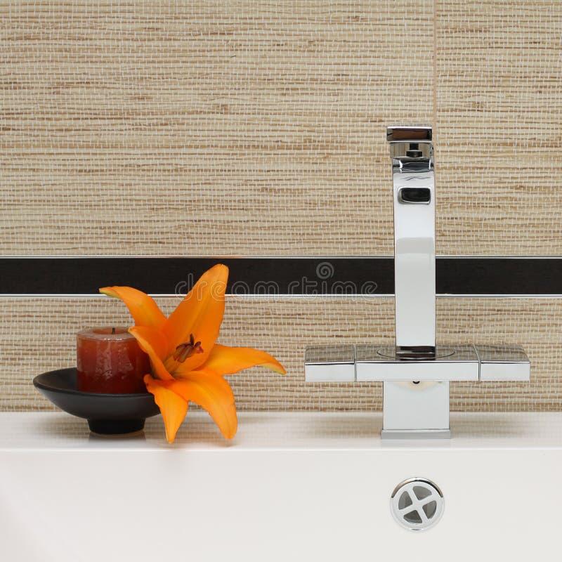 inre lyxig vask för badrumvattenkran arkivfoton