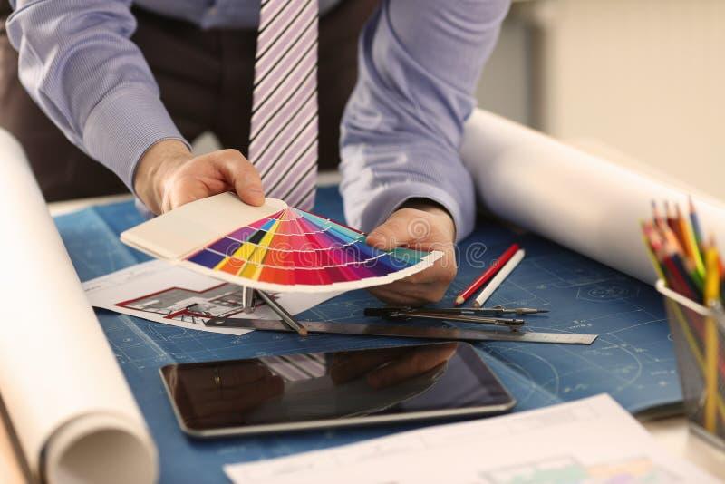 Inre märkes- Working med färgmålarfärgprovkarta royaltyfria bilder