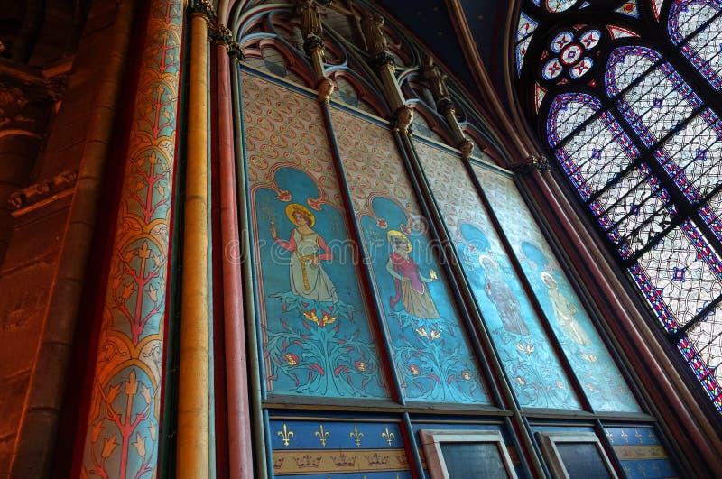 Inre målade väggpaneler med målat glassfönstret Notre Dame Cathedral arkivbild