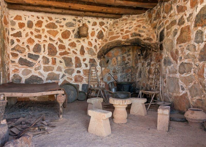 Inre med härden av forntida rum i grotta royaltyfri bild