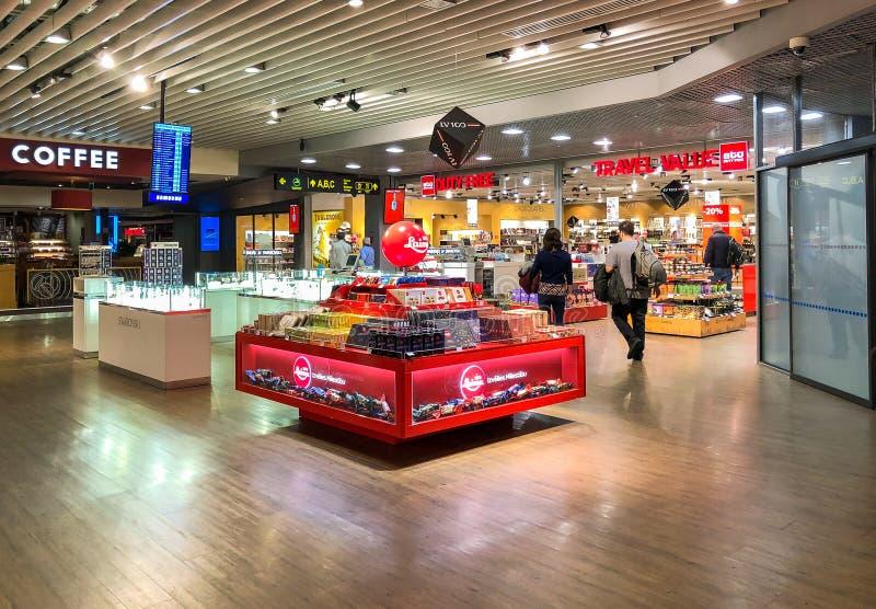 Inre med tullfritt shoppar och bommar för av Riga den internationella flygplatsen, Lettland arkivfoton
