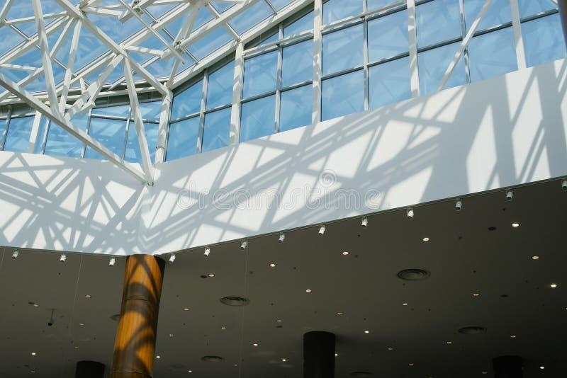 inre modern handel f?r center rulltrappa arkivfoton