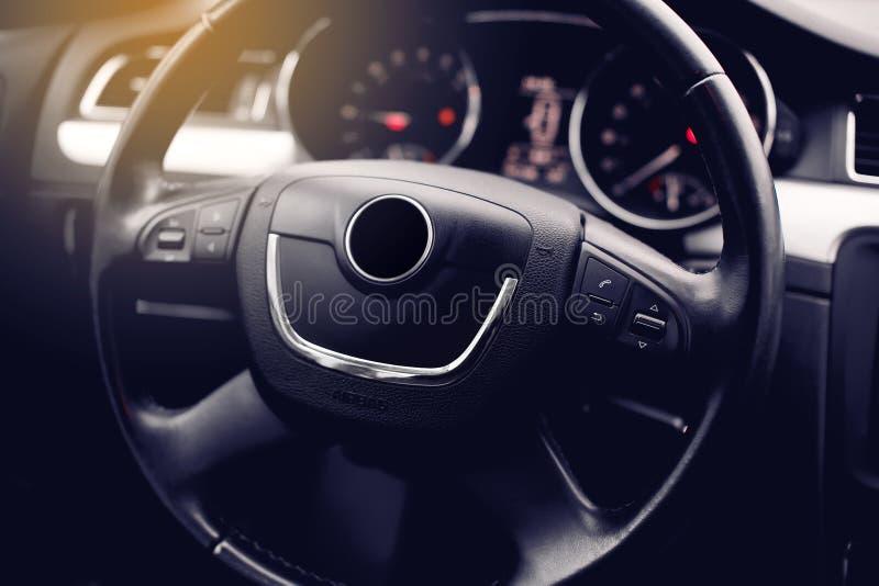 inre modernt för bil Styrninghjul, instrumentbräda, hastighetsmätare, skärm royaltyfri fotografi