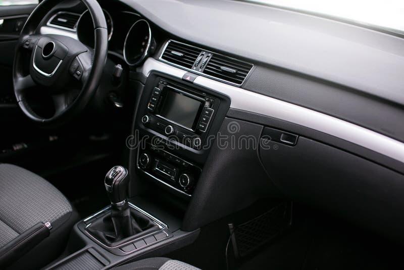 inre modernt för bil Styrninghjul, instrumentbräda, hastighetsmätare, skärm royaltyfri bild
