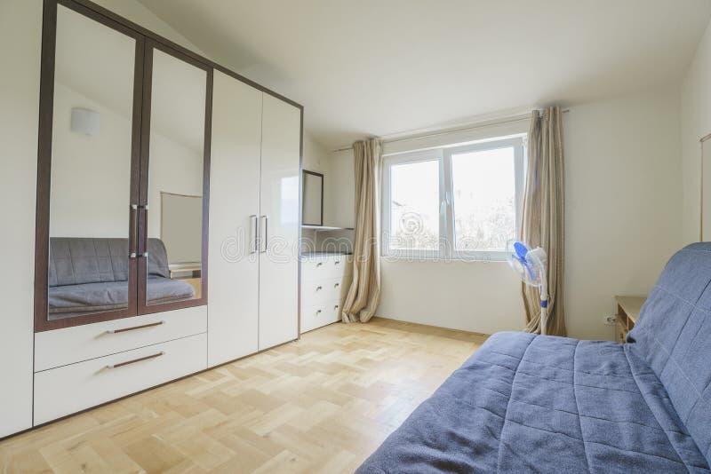 inre modernt för sovrumdesign arkivfoton