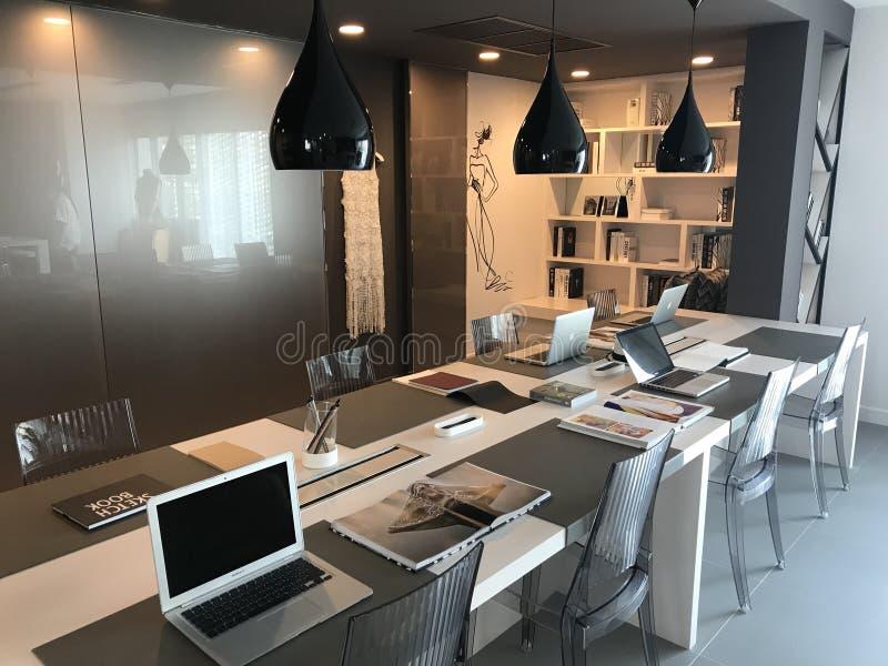inre modernt kontor för design royaltyfri fotografi