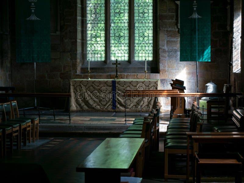 Inre och altare av kyrkan för Norman St Mary ` s, Ponteland, Northumberland arkivfoton