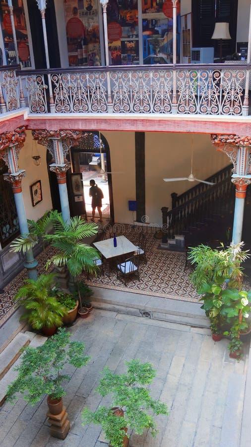 Inre och borggården av den blåa herrgården i Penang royaltyfria bilder