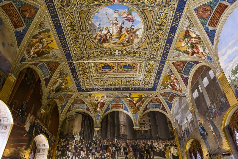 Inre och detaljer av Palazzo Pubblico, Siena, Italien royaltyfria bilder