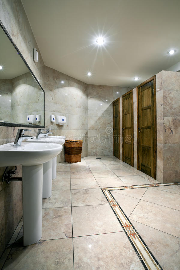 inre offentlig toalett arkivfoto