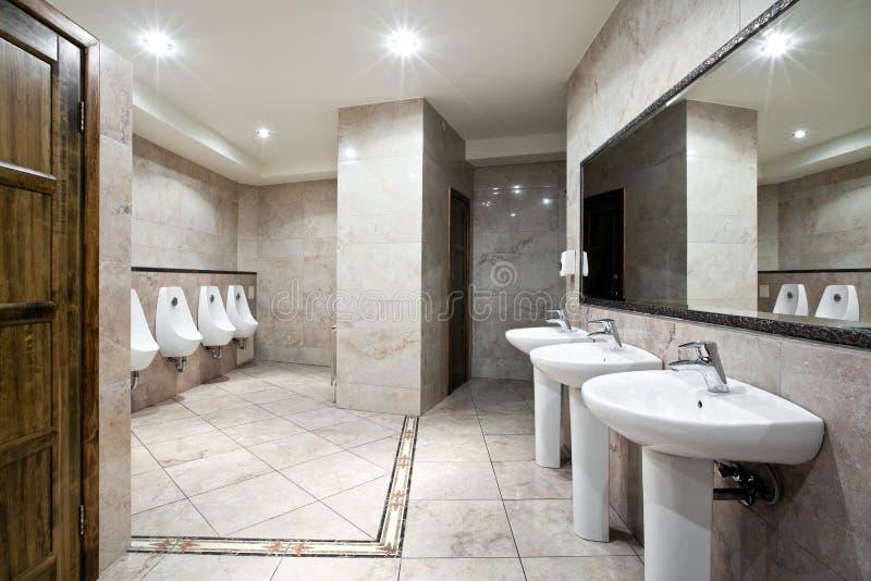inre offentlig toalett royaltyfria bilder