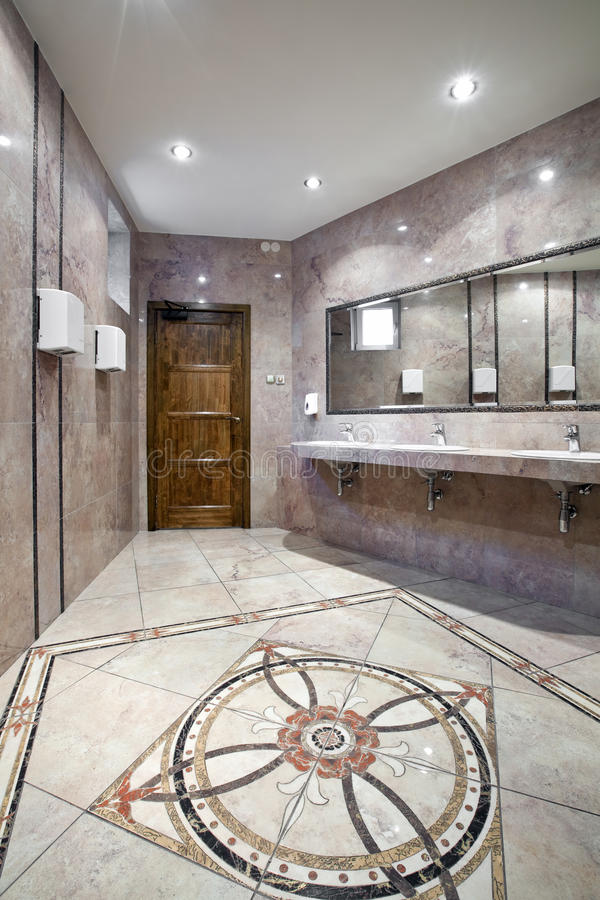 inre offentlig toalett royaltyfri foto