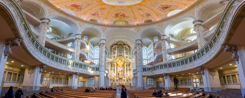 Inre panoramautsikt av kupolen av den Frauenkirche kyrkan i Dresden, Tyskland, en av de bästa dragningarna i staden fotografering för bildbyråer