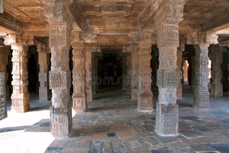 Inre pelare som visar mytologiska berättelser, agra-mandapa, Airavatesvara tempel, Darasuram, Tamil Nadu royaltyfri fotografi