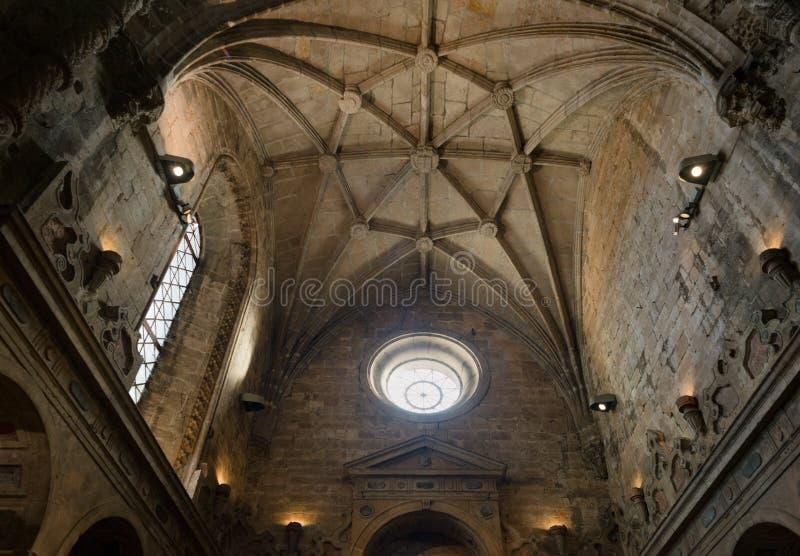Inre pelargarnering för kristen domkyrka med det runda fönstret royaltyfria bilder