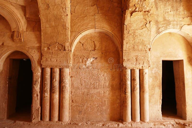 Inre pilaster och Graffito inom forntida ökenslott fördärvar ` för `-Qasr al-Kharanah i Zarqa, Jordanien royaltyfri foto