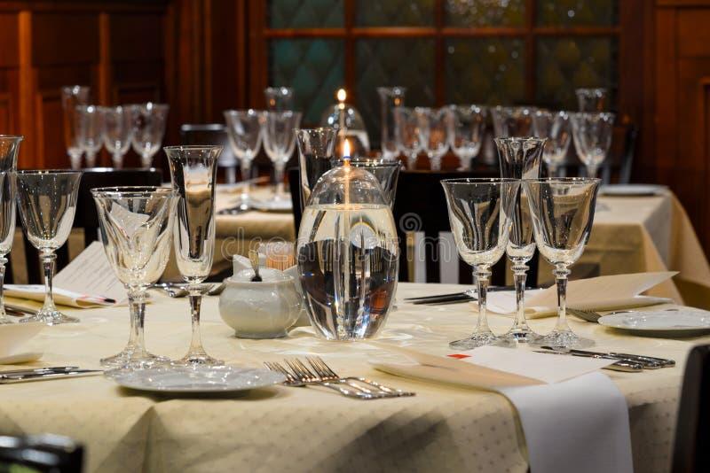 Inre restaurang för exponeringsglas för för för restaurangtabellinställning, vin och champagne, festlig matställe royaltyfria foton