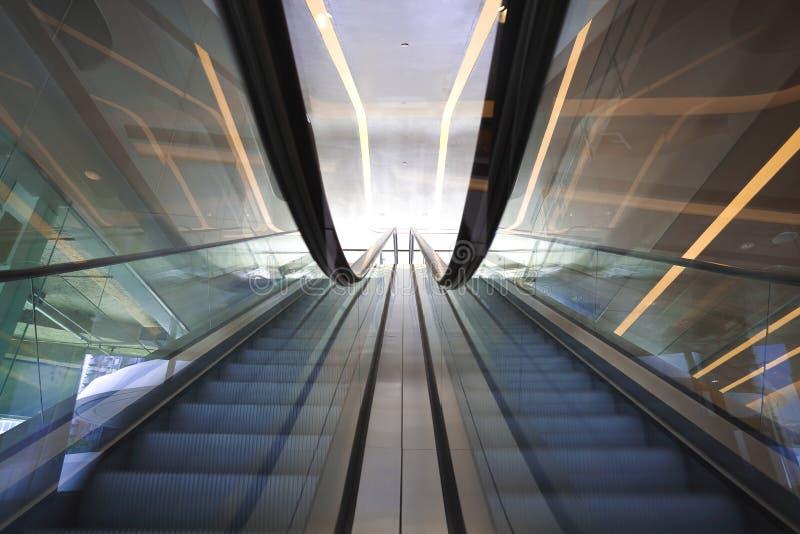 Inre rulltrappor och trappa för kontorsbyggnad royaltyfri bild