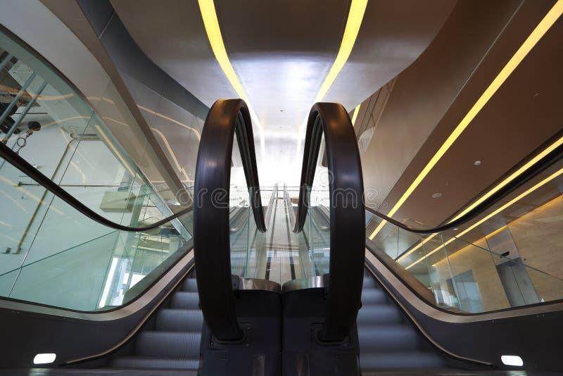 Inre rulltrappor och trappa för kontorsbyggnad arkivfoton