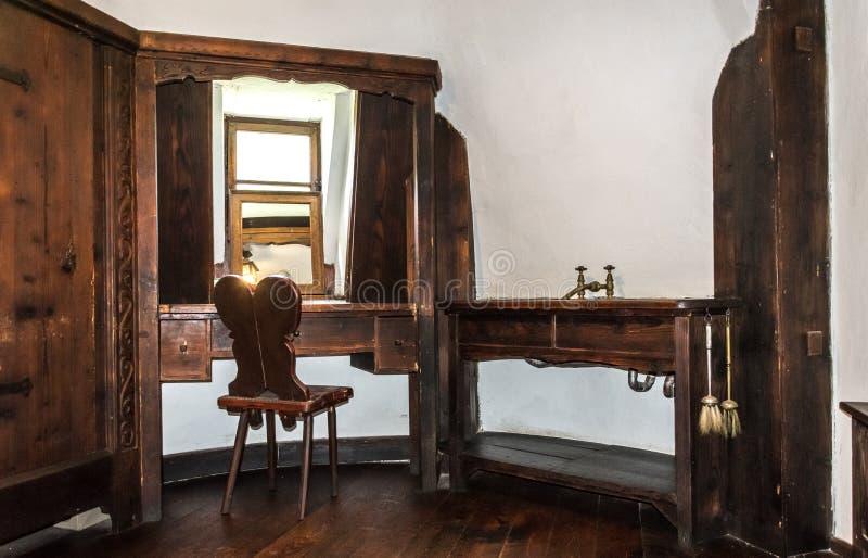 Inre rum av den medeltida klislotten i Rumänien Antikt möblemang i lägenheten av den legendariska vampyren Dracula arkivfoton