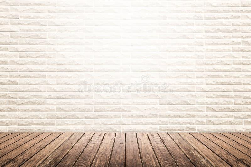Inre rum med tegelstenväggen och trägolvet arkivfoto
