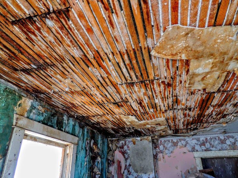 Inre rumtak av Abandoned byggnad för lantgårdhus royaltyfria foton