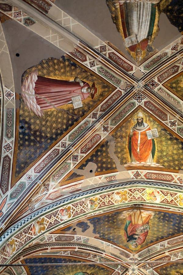 Inre sikt av basilikan De Sante Croce arkivbilder