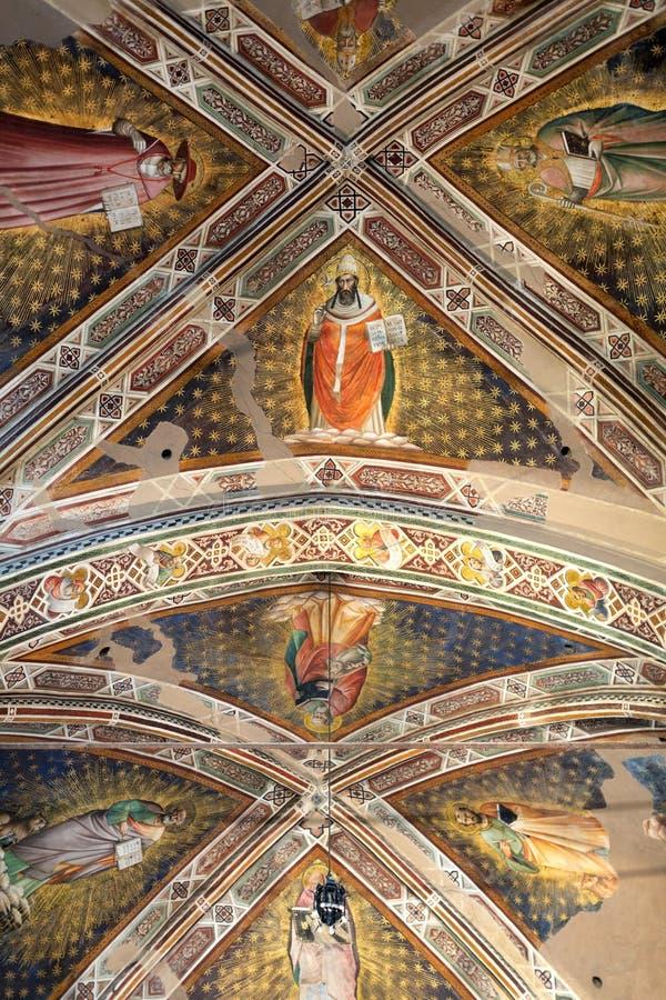 Inre sikt av basilikan De Sante Croce royaltyfria foton