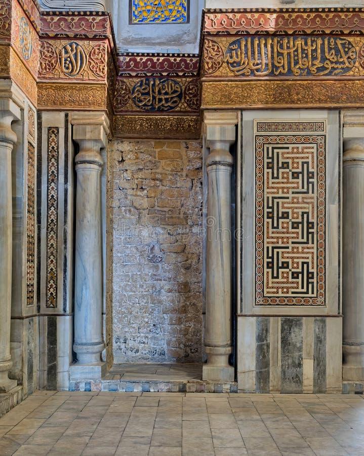 Inre sikt av dekorerade marmorväggar som omger cenotafiet i mausoleet av Sultan Qalawun royaltyfria foton