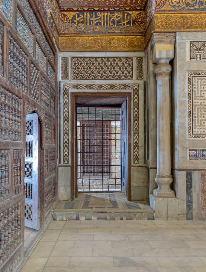 Inre sikt av dekorerade marmorväggar som omger cenotafiet i mausoleet av Sultan Qalawun, Kairo fotografering för bildbyråer