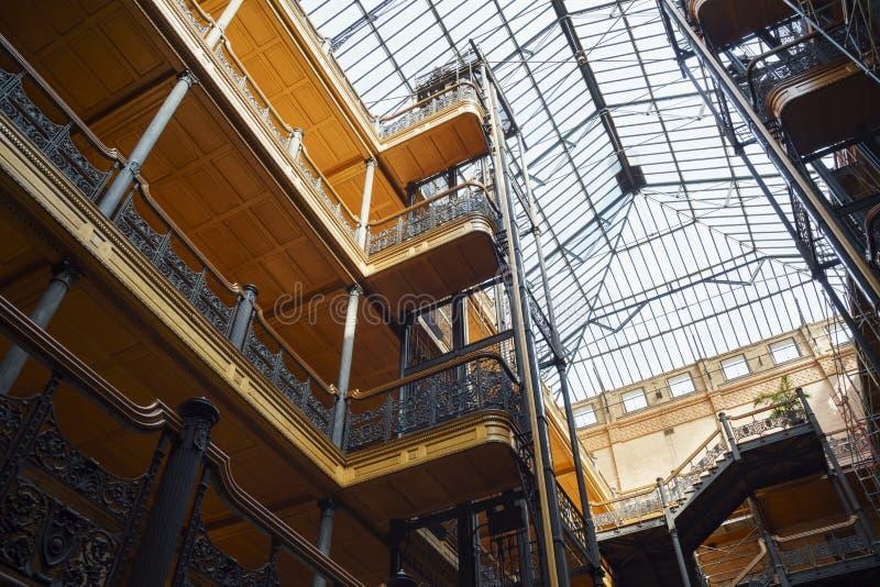 Inre sikt av den berömda och historiska bradbury byggnaden royaltyfri bild