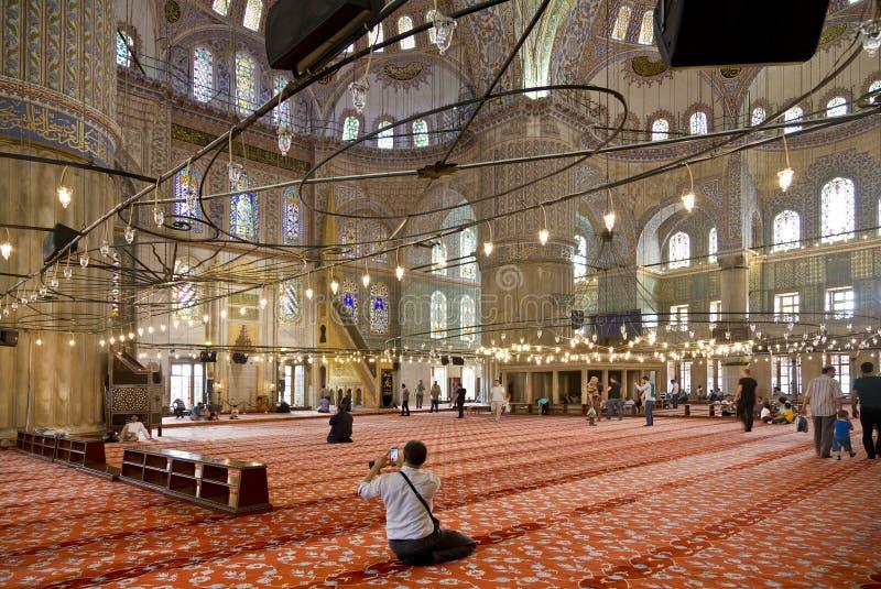 Inre sikt av den blåa moskén och troenden, Sultanahmet arkivbild