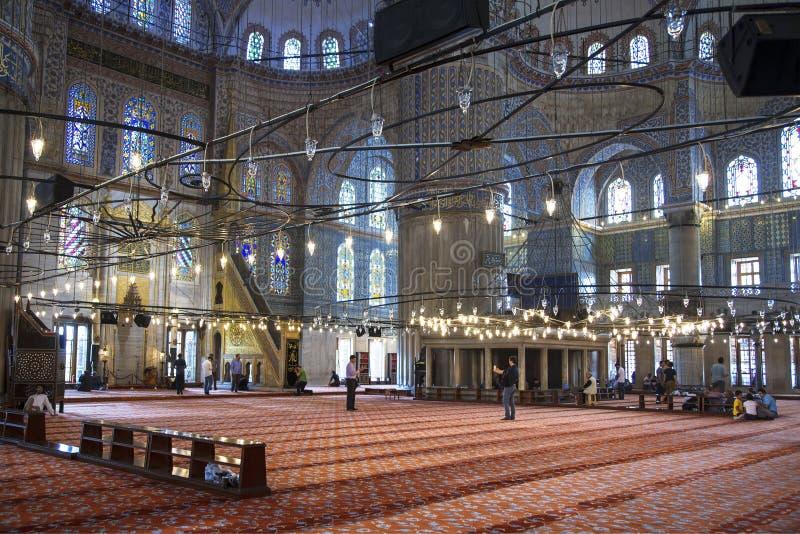 Inre sikt av den blåa moskén och troenden, Sultanahmet, Istanbul, Turkiet arkivbild