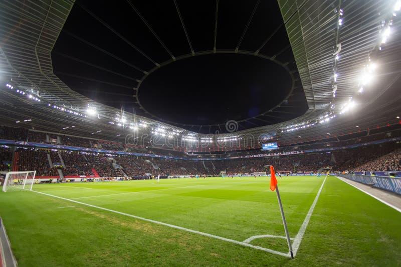 Inre sikt av den fulla BayArena stadion under UEFA-mästaren arkivfoton