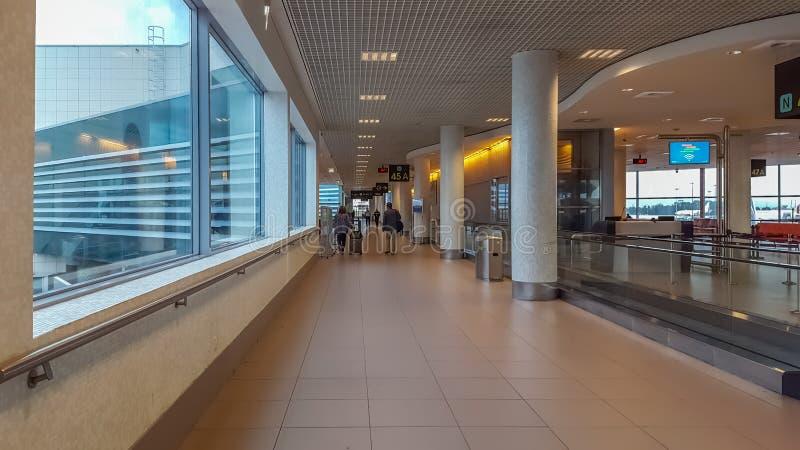 Inre sikt av den Lissabon flygplatsbyggnaden, med folk i hallet royaltyfri bild